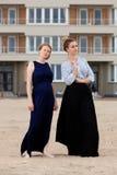 Het zandflatgebouw van het twee meisjesstrand, De Panne, België royalty-vrije stock afbeeldingen