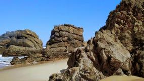 Het zandige en rotsachtige strand van Portugal op de kust van de Atlantische Oceaan in Portugal stock video