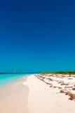 Het zandige Paradijs van strandplaya van het Largo Eiland Cayo, Cuba Exemplaarruimte voor tekst verticaal royalty-vrije stock afbeeldingen