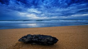 Het zandige strand van de opening van een sessie in de vroege ochtend Royalty-vrije Stock Foto
