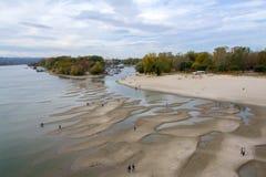 Het zandige strand van de rivier stock foto's