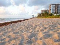 Het zandige strand van Florida van het Hallandalestrand tijdens zonsopgang royalty-vrije stock afbeeldingen
