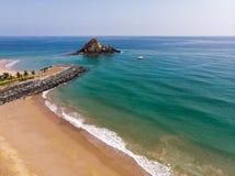 Het zandige strand van Fujairah in de Verenigde Arabische Emiraten royalty-vrije stock afbeeldingen