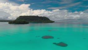 Het zandige strand van havenorly met palmen, Espiritu Santo Island, Vanuatu stock videobeelden