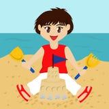 Het Zandkasteel van de Bouw van de jongen Stock Afbeeldingen
