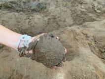 Het zandontwikkeling van de handholding van het leren van activiteiten voor het zwemmen, spelend zand, kinderen, jongen stock afbeeldingen