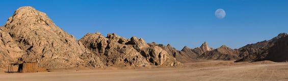 Het zandwoestijn van Egypte onder de Maan Stock Foto