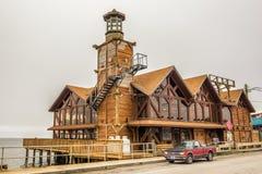 Het Zeebriesrestaurant met een vuurtoren in Cedar Key, Florida royalty-vrije stock afbeelding