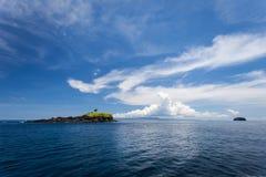 Het zeegezicht met klein eiland is gelijkaardig aan walvis en Dolfijn Royalty-vrije Stock Afbeeldingen
