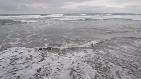 Het Zeegezicht van Kamchatka: mening van het strand van vulkanisch zand in Vreedzame Oceaan op de achtergrond van bergen en vulka stock videobeelden