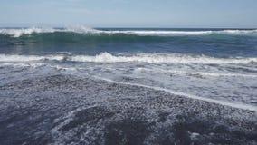 Het Zeegezicht van Kamchatka: mening van het strand van vulkanisch zand in Vreedzame Oceaan op de achtergrond van bergen en vulka stock footage