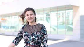Het zeer gelukkige portret van jonge vrouw en verheugt zich positieve menselijke emotie stock video