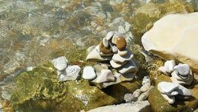 Het zeewater wast kiezelstenen op het strandclose-up Mening van hierboven stock videobeelden