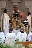Het zegenen van de priester wijn bij massa Stock Foto's