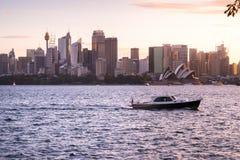 Het zeil van de snelheidsveerboot langs de kust bij voorzijde van Sydney Oper Stock Foto