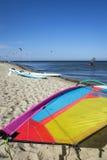 Het zeil van de vliegerbranding op het strand Royalty-vrije Stock Foto's