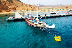Het zeiljacht met toeristen is dichtbij pijler in haven van Sharm el Sheikh Stock Afbeeldingen