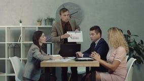 Het zekere chef- spreken aan werknemers die taken geven stock video