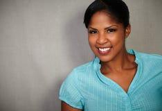Het zekere dame toothy glimlachen bij de camera Stock Foto