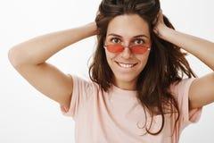 Het zekere en sensuele hete Europese vrouwelijke spelen met haar het bijten lagere lip die in wens en rente modieuze rood dragen stock foto