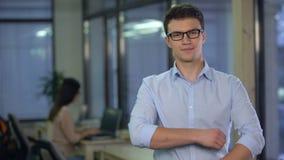 Het zekere jonge mens stellen bij camera, kandidaat voor vacature, freelance baan stock footage