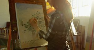 Het zekere kunstenaar schilderen op canvas 4k stock video