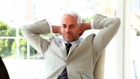Het zekere zakenman ontspannen op zijn stoel stock videobeelden