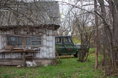 Het zeldzame legervoertuig is in een Russisch dorp Stock Afbeeldingen