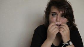 Het zelfmoordmeisje vraagt om hulp stock videobeelden
