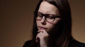 Het zenuwachtige meisje van de tienerstudent in glazen stock video