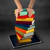 Het zetten of download kleurrijke boeken aan de slimme telefoon met plaats stock foto