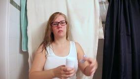 Het zetten op deodorant stock footage