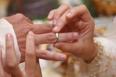 Het zetten op een ring (trouwring) op een mens Royalty-vrije Stock Afbeelding