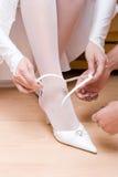 Het zetten op een witte schoen Royalty-vrije Stock Afbeelding