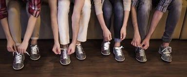 Het zetten op kegelenschoenen Stock Foto's