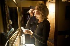 Het zetten op Make-up Royalty-vrije Stock Afbeeldingen