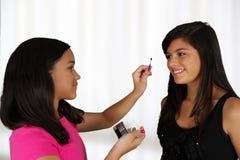 Het zetten op Make-up stock foto's