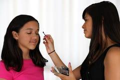 Het zetten op Make-up royalty-vrije stock foto's