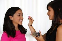 Het zetten op Make-up stock fotografie