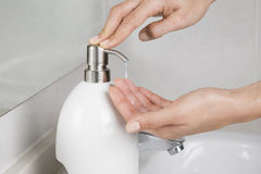 Het zetten van één of andere zeep op handen Stock Afbeelding