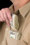 Het zetten van contant geld in overhemdszak Royalty-vrije Stock Fotografie