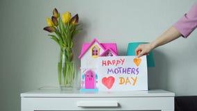 Het zetten van Dag van Kaart de Gelukkige Moeders op een Dienst stock video