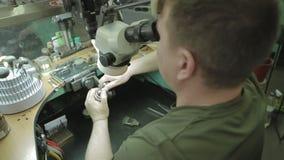 Het zetten van de diamant op de ring stock video