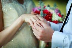 Het zetten van een ring op de hand Stock Fotografie
