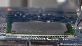 Het zetten van een vloeibaar die stroomdeeg rond de netserie alvorens een microprocessor van PCB desoldering op bga wordt gevesti stock footage
