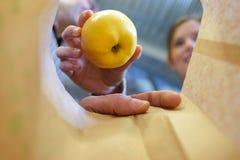 Het zetten van fruit in document zak Stock Foto's