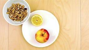 Het zetten van gezonde voedzame ingrediënten, appel, kaas, okkernoten en honing stock footage