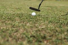 Het zetten van golfbal royalty-vrije stock afbeeldingen