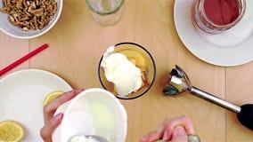 Het zetten van kaas over appelen in de mixer voor een gezonde en voedzame smoothie stock footage