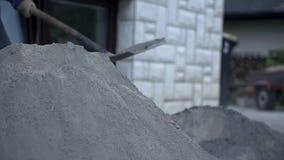 Het zetten van kalk op het zand stock videobeelden